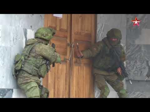 Спецназ штурмует захваченное «боевиками» здание в Хабаровске видео