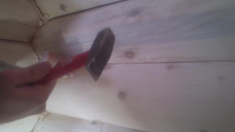 Шлифовка сруба Вологда. Зачистка углов сруба стамеской после шлифовки.