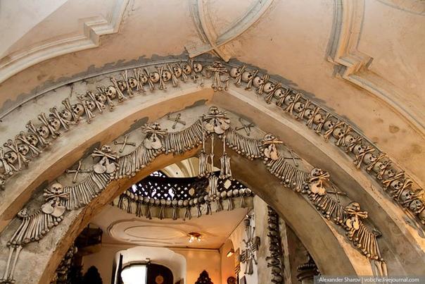Седлецкая церковь: необычный интерьер, украшенный тысячами костей Необычной чешской достопримечательностью стал Седлецкий склеп или как его ещё называют Седлецкое костехранилище, расположенное в