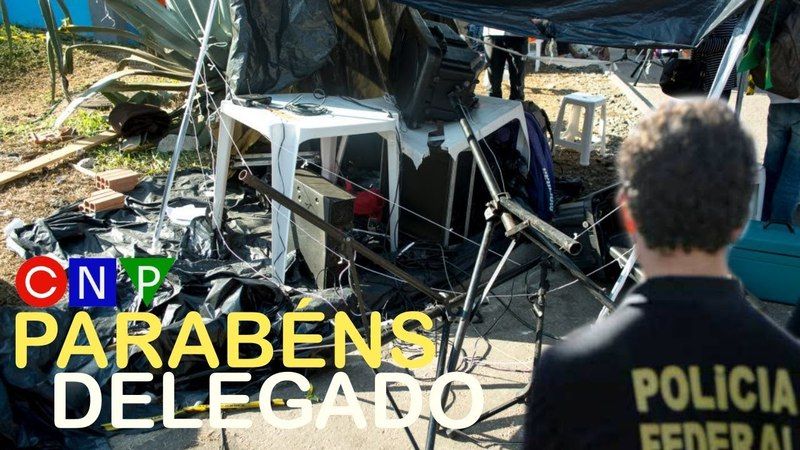 Delegado da PF destrói equipamento de som do acampamento Lula Livre.