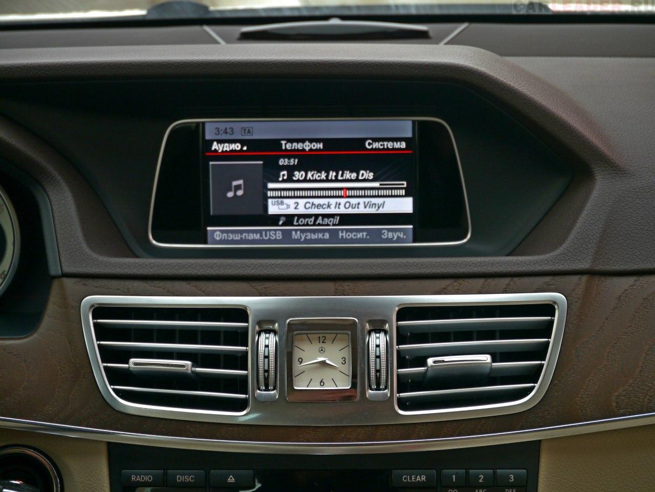 Маленький пиксельный экран Mercedes-Benz E 2014 в сравнении с 12-дюймовым дисплеем Lexus GS 2012 кажется ошибкой.