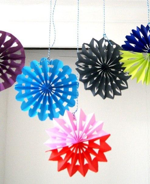 Пестрые объемные снежинки из бумаги. (9 фото) - картинка
