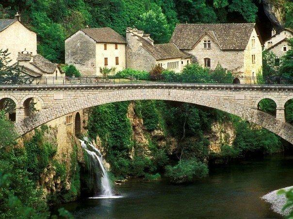 Мост в средневековой деревушке Сен-Шели-дю-Тарн,
