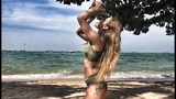 Девушка раскалывает кокос локтем.A girl smashes coconut with elbow.