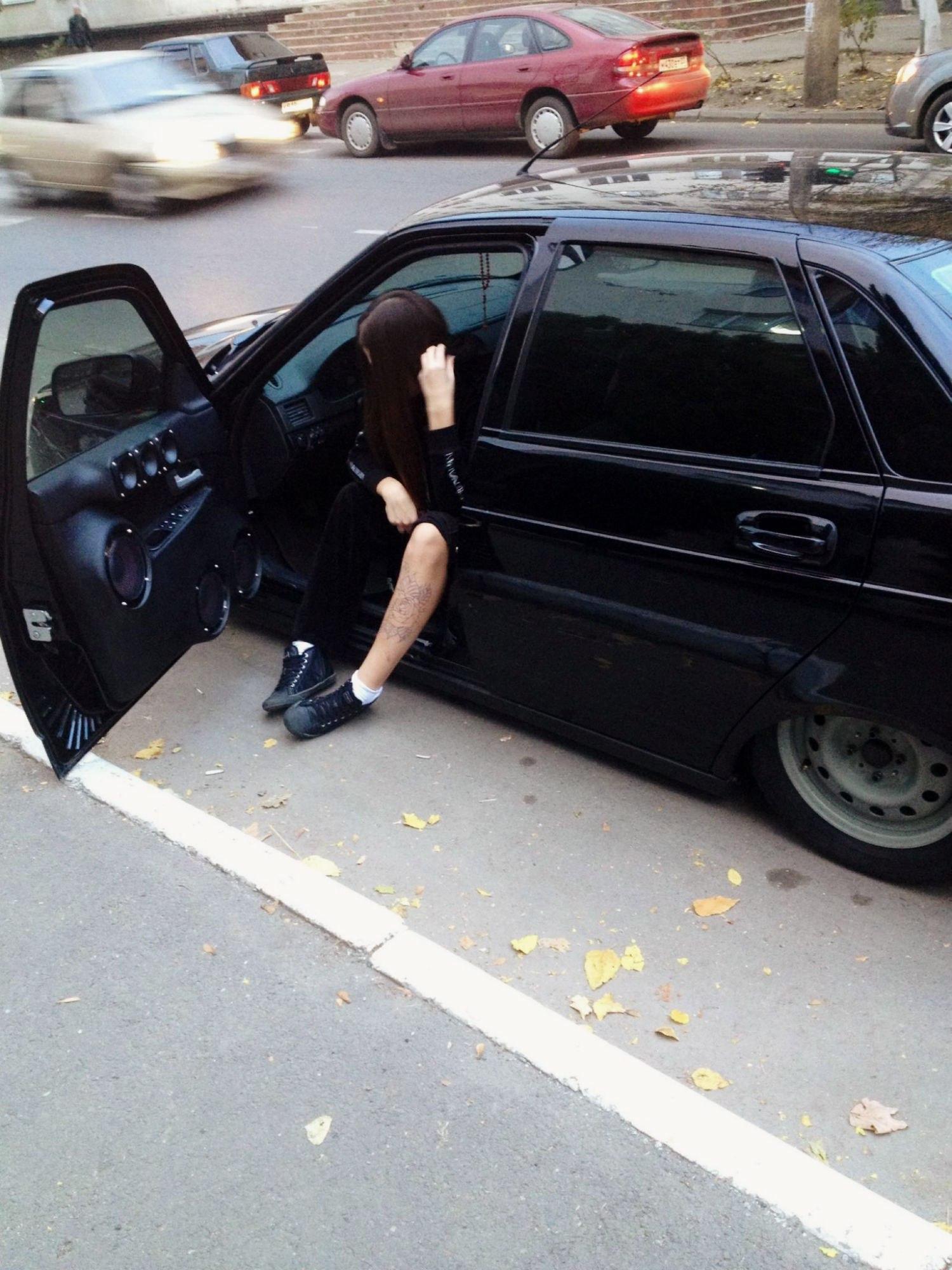 Фото девушки на приоре за рулем