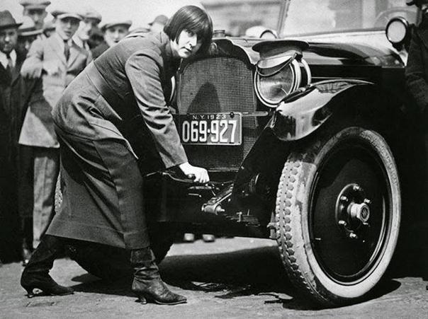 Одна из первых женщин-таксистов в Нью-Йорке, Мисс Мод Оделл.