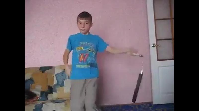 Ставим ставки господа хорошее настроение домашнее видео нунчаки юный боец парень школьник сейчас набьет тебе дом