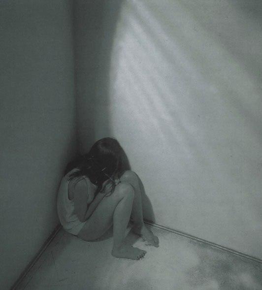Девушка обняв колени фото