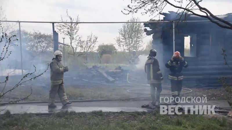 Огнеборцы продолжают работать на месте пожара