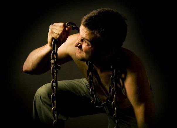 легенда о добровольном рабстве - смотрите, – сказал фараон жрецам – внизу длинные шеренги закованных в цепи рабов несут по одному камню. их охраняет множество солдат. чем больше рабов, тем лучше