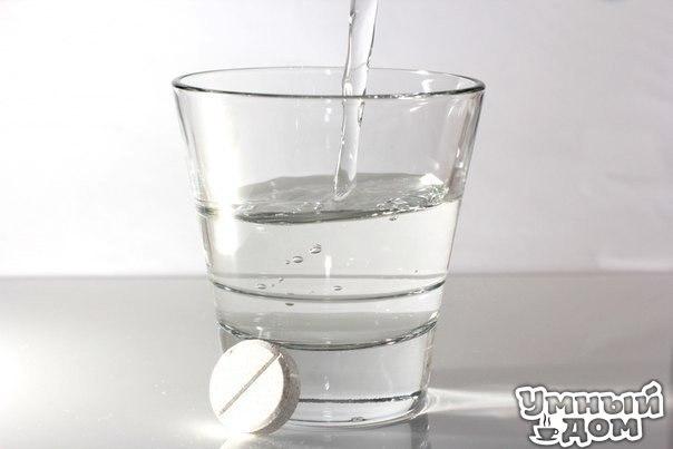 Готовим лекарство из аспирина Применяя его наружно, вы сможете помочь себе при варикозном расширении вен, остеохондрозе, пяточных шпорах, мозолях и натоптышах. Итак. * 10 таблеток аспирина растереть в порошок. * Залить 250 мл водки. * Настаивать 1-2 суток. * Вы получите взвесь, таблетки полностью не растворятся. Марлевую салфетку смачиваем в растворе и в виде примочек прикладываем к пяткам, затем обернуть полиэтиленом, чтобы раствор не высох, сверху надеть носок, оставить на всю ночь. Утром…
