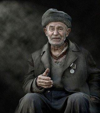 Один старый мужчина переехал жить к своему сыну, невестке и четырехлетнему внуку. Его руки дрожали, глаза плохо видели, походка была ковыляющей. Семья ела вместе за одним столом, но старые, трясущиеся дедушкины руки и слабое зрение затрудняли этот процесс. Горошины сыпались с ложки на пол, когда он зажимал в руках стакан, молоко проливалось на скатерть. Сын и невестка стали все больше раздражаться из-за этого. — Мы должны что-то предпринять, — сказал сын. — С меня достаточно того, как он шумно…