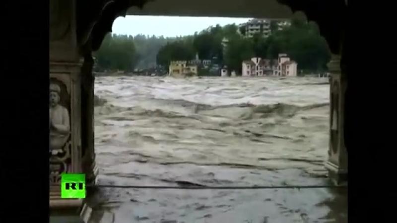 Сильнейшее наводнение в Индии смывает жилые дома