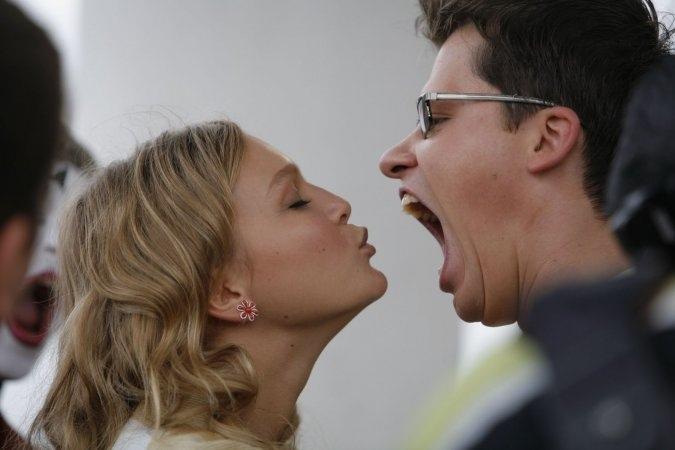Кристина Assмус сплевывает сперму в рот своему супругу Гарику Хотдогу Харламову...