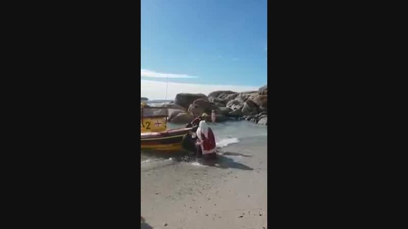 Viejo pascuero se cae de bote.mp4