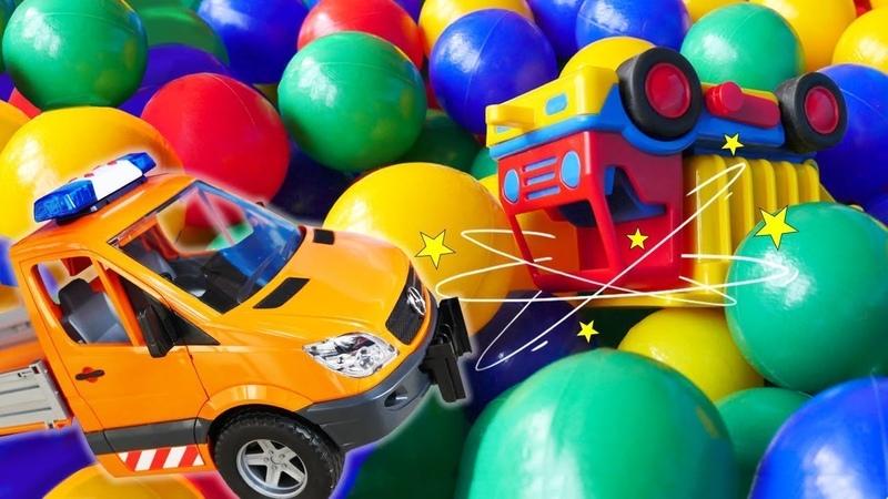 Der Abschleppwagen hilft dem Laster. Die Helfer Autos. Spielzeugvideo für Kinder.