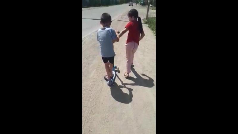 доча помогает братику
