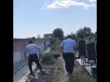 Северное кладбище, Ростов. Сотрудники полиции вместе с работниками пытаются задержать вандала.