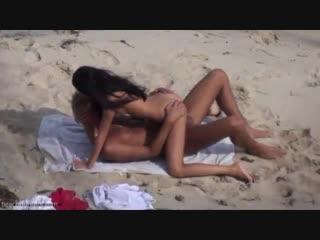 Скрытая камера за парочкой на пляже [public porno anal nude sex teen amateur малолетка порно секс анал сосет голая]