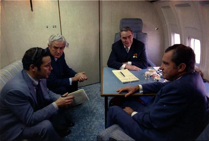Ричард Никсон и Леонид Ильич Брежнев летят в Калифорнию на борту The Spirit of 76, июнь 1973 года.