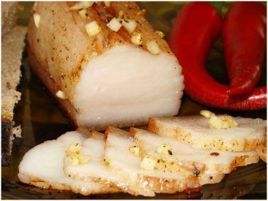 Фото рецепт засолки сала по-украински Сало без преувеличения можно назвать одним из национальных продуктов украинской кухни. За прошедшие столетия количество всевозможных рецептов блюд с салом перевалило за сотни: его солят и маринуют, коптят, запекают, готовят из него рулеты и поджарки, используют для приготовления супов и так далее. Но, пожалуй, самый вкусный рецепт с салом – это рецепт засолки сала по-украински, со специями и чесночком.