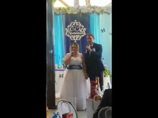Молодожёны поют посвящают песню своим родителям.