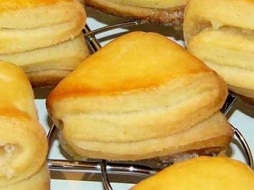 ДЕТСКОЕ ТВОРОЖНОЕ ПЕЧЕНЬЕ за 5 МИН. Очень простой состав, тем не менее печенье получается очень вкусным! Ингредиенты: - 150 г. сливочного масла, - 200 г. творога, - 250 г. пшеничной муки, - 100 г. сахара. Приготовление: Холодное масло перетереть с сахаром и творогом. Всыпать муку и быстро замесить тесто. Завернуть тесто в пищевую плёнку и убрать в холодильник минимум на 2 часа. Я делаю тесто вечером, а утром пеку печенье. И ещё я иногда добавляю пару капель ванильной эссенции. Разогреть…