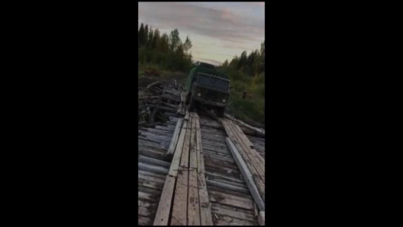 Мост рушится под грузовиком.