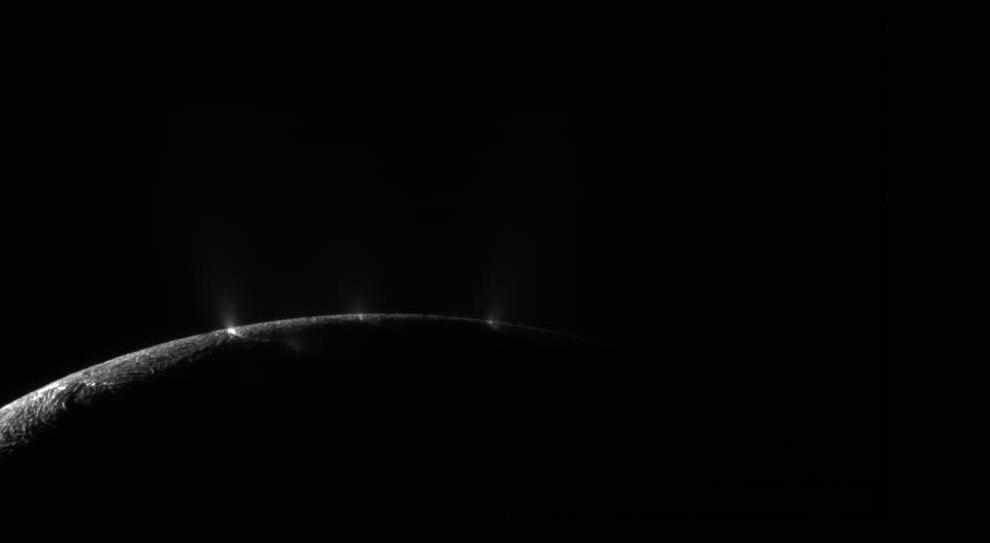 Приближение «Кассини» к ледяным струям Энцелада 13 августа 2010 года.