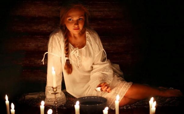 Святочные гадания: способы и виды Традиция святочных гаданий своими корнями уходит в далёкое языческое прошлое. С принятием христианства ворожба и магия стали считаться большим грехом. Играть с