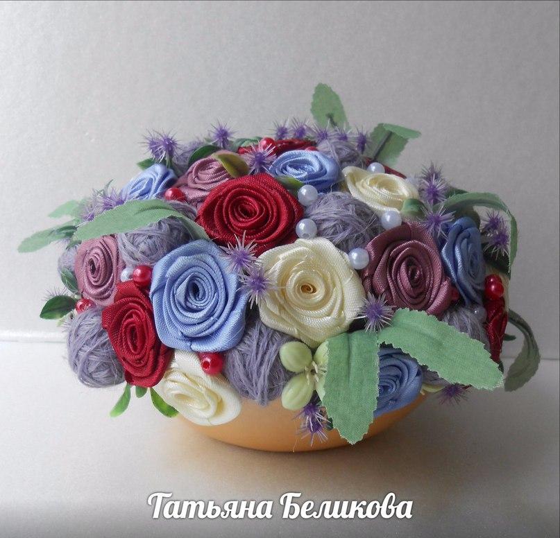 Композиции из цветов из лент фото
