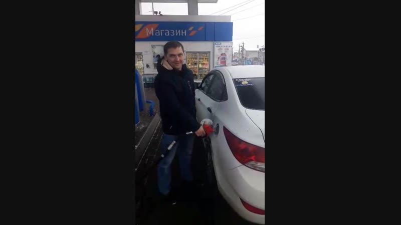 Автомобилиста, который заехал в центр на Сумской, наградили бесплатным топливом