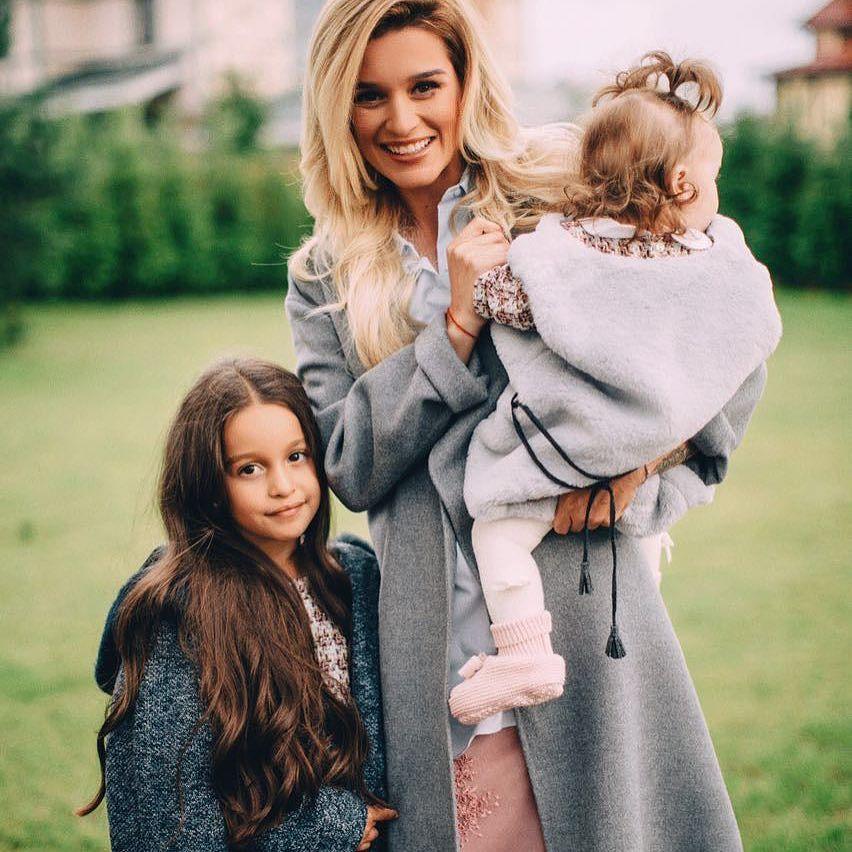 Бородина с дочками. Считаешь её красивой?