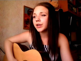 Девушка поет песню про Dota 2