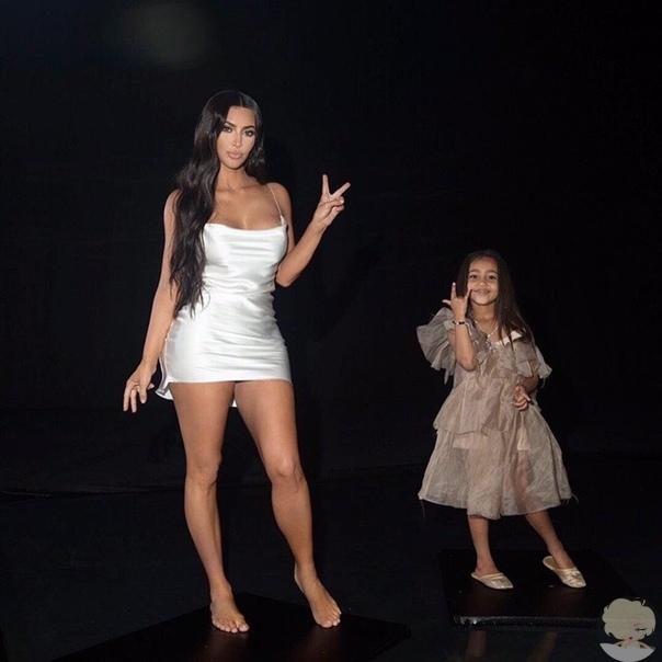 Пятилетняя дочь Ким Кардашьян и Канье Уэста, похоже, выбрала ролевую модель. Как нетрудно догадаться, она берет пример с мамы. Старшая дочь знаменитых супругов разделяет ее увлечение косметикой и съемками, причем уже сама готова ими руководить по примеру