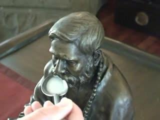 Молочное чудо. Статуя пьёт молоко/Milk Miracle of Baba's Statue Drinking Milk