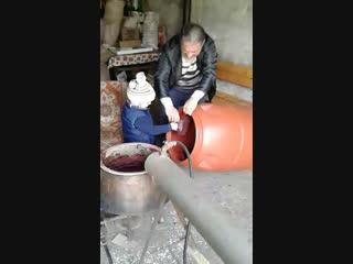 Руслан делает самогон из винограда