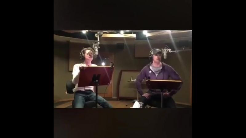 Джейс и Купер поют.