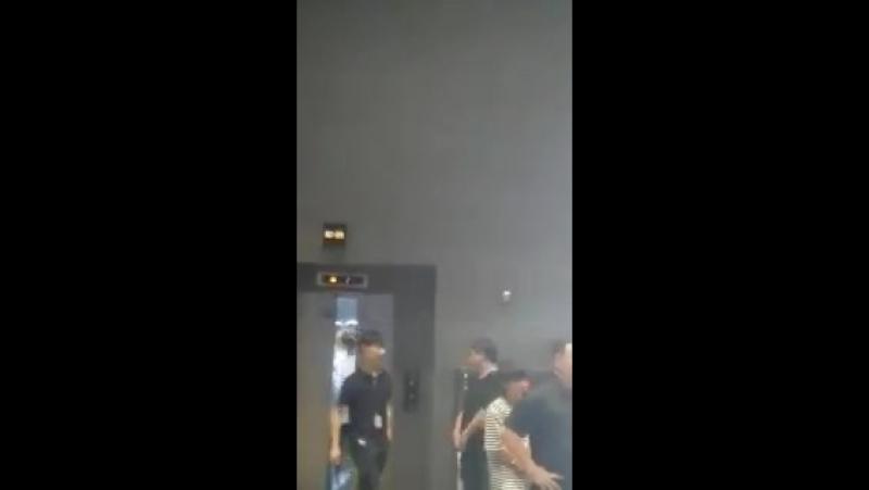 [18.09.04 더쇼 빅플로 퇴근길] - 문 닫는 병화오빠랑 뒤에서 하트하는 의진오빠가 너모 귀여움8ㅅ8 - - @BIGFLO_RON @의진오빠