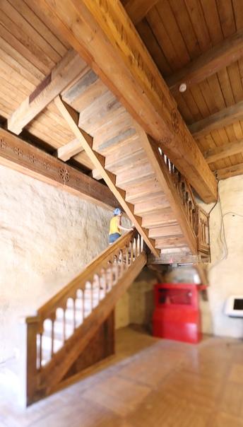 Красивая деревянная лестницу. Перекрытия не выглядят старинными.