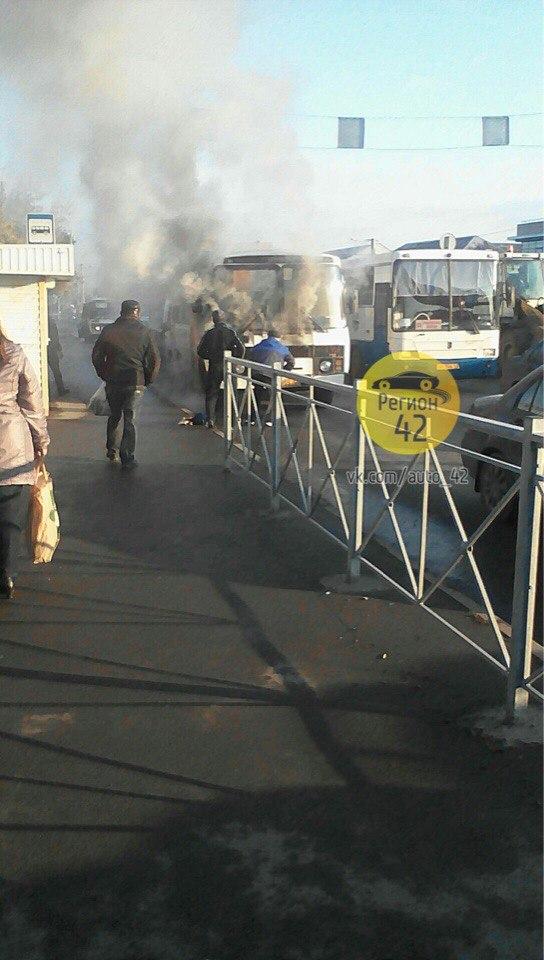 На Кузнецком проспекте в Кемерове загорелось маршрутное такси