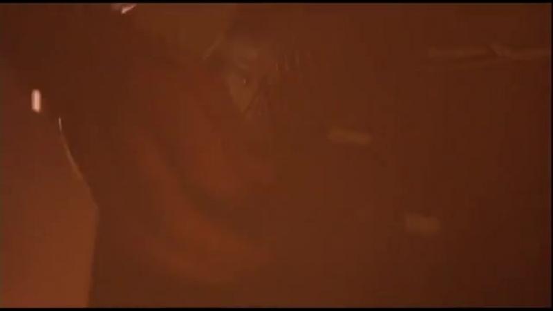 Эрик Дрэйвен играет на гитаре Ворон