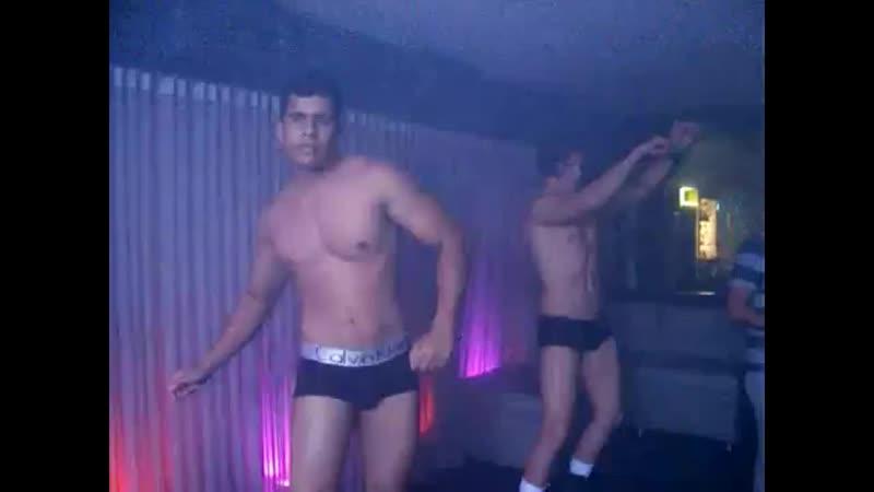 DJ John Jeff e gogoboys Hermano e Rafael agitam a festa Glam no Club Ferveção