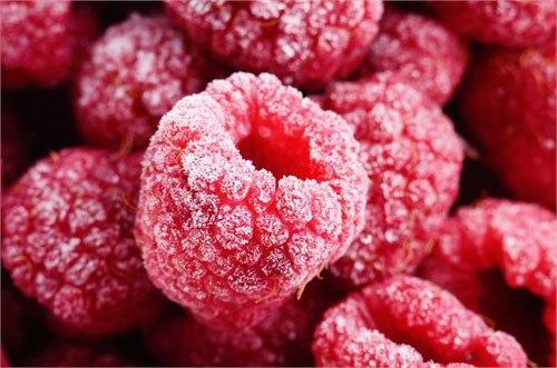8 секретов замораживания овощей, фруктов и ягод Летом самое время заниматься заготовками на зиму. Замороженные в сезон созревания ягоды, фрукты и овощи сохраняют максимум пользы. Учимся правильно замораживать: абрикосы и сливы, малину и смородину, брокколи и кабачки, а также делать замороженное пюре и фруктовый лёд. Фрукты и ягоды 1. Сохраняем всю пользу фруктов Абрикосы, персики, сливы — самые популярные обитатели морозильных камер. Если вы планируете заморозить эти плоды для пирогов, то их…