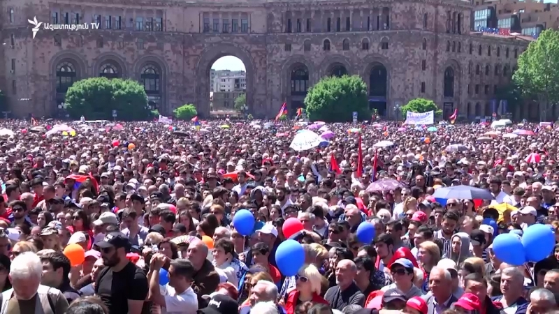 Քաղաքացիները հավաքվել են Հանրապետության հրապարակում՝ լսելու Փաշինյանի ելույթը