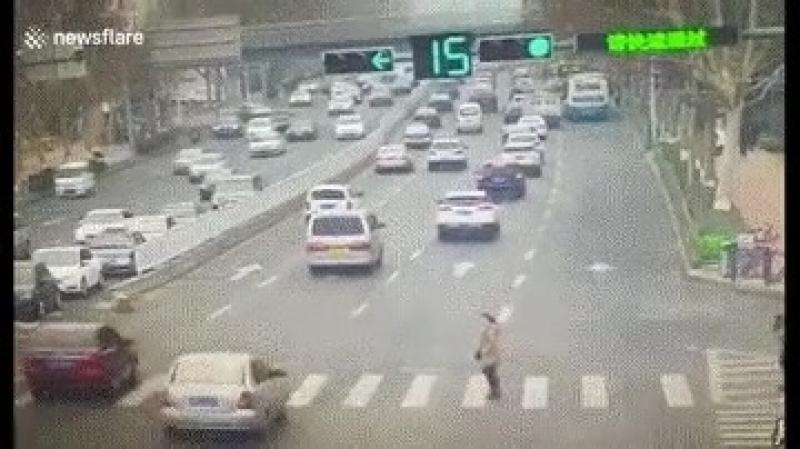 НЕ переходите дорогу на КРАСНЫЙ сигнал светофора!