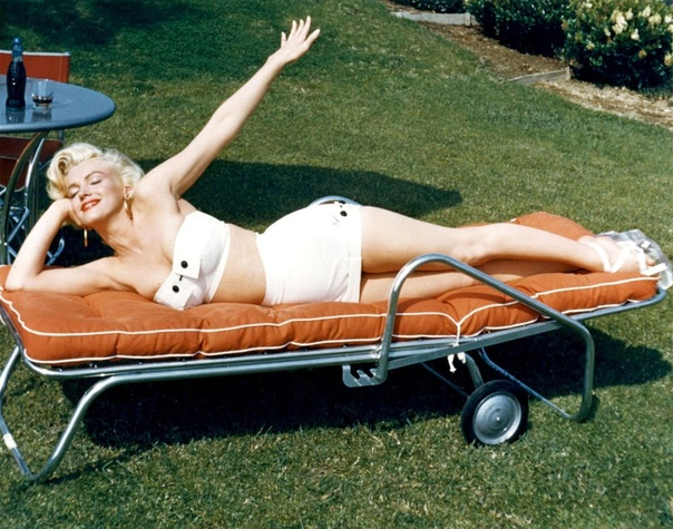 Солнечная фотосессия с Мэрилин Монро, 1953 год. Фотограф: Mischa Pelz.
