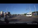 обкуренный пацан с голым торсом вытанцовывает на дороге