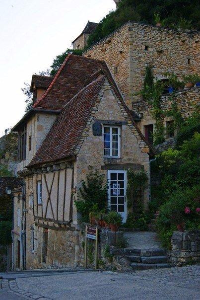 Рокамадур деревня на уступах скалы. Франция Рокамадур (Rocamadour) одна их самых красивых деревень Франции региона Юг-Пиренеи. Но Рокамадур совсем не похож на обыкновенную деревню. Поселение не