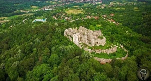 Огромная заброшенная крепость, которая имеет неизвестное происхождение
